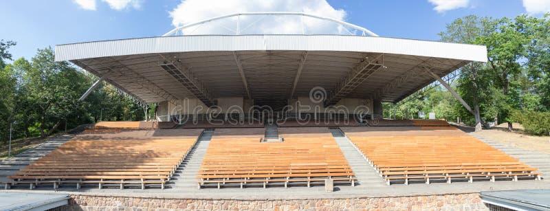 Трибуна арены под открытым небом театра лета не усаживая никто стоковая фотография rf