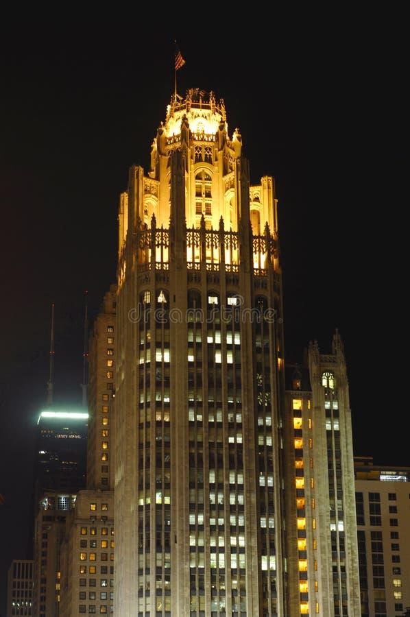 трибуна башни ночи chicago стоковые изображения rf