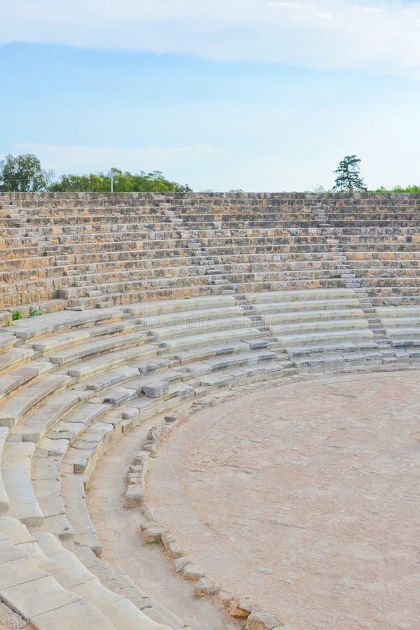 Трибуна старого на открытом воздухе театра который была частью античных греческих салями город-государства стоковые фото