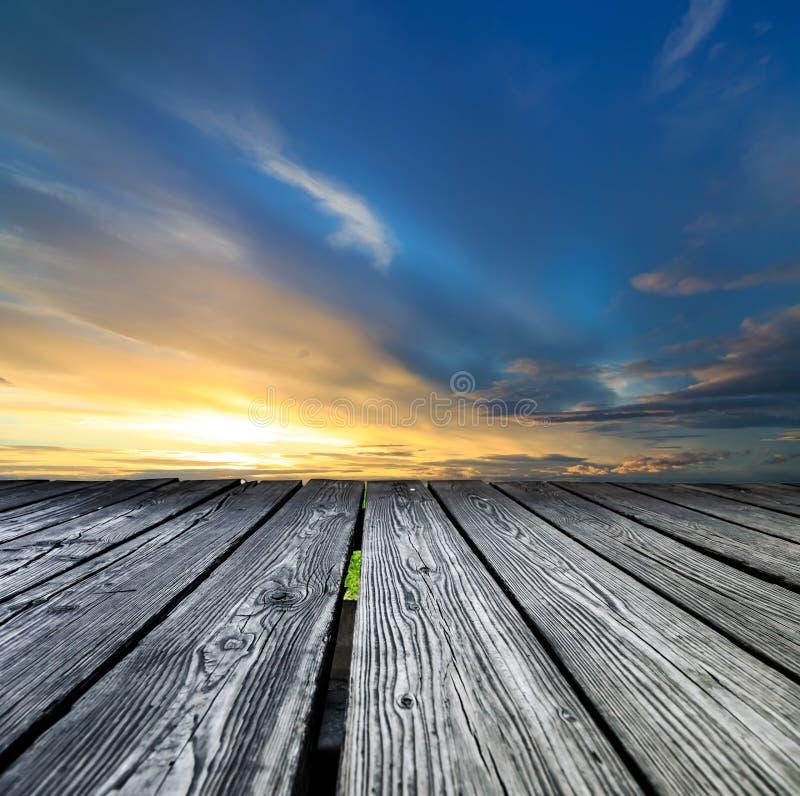 Трибуна сделанная деревянных планок на заходе солнца стоковые фотографии rf