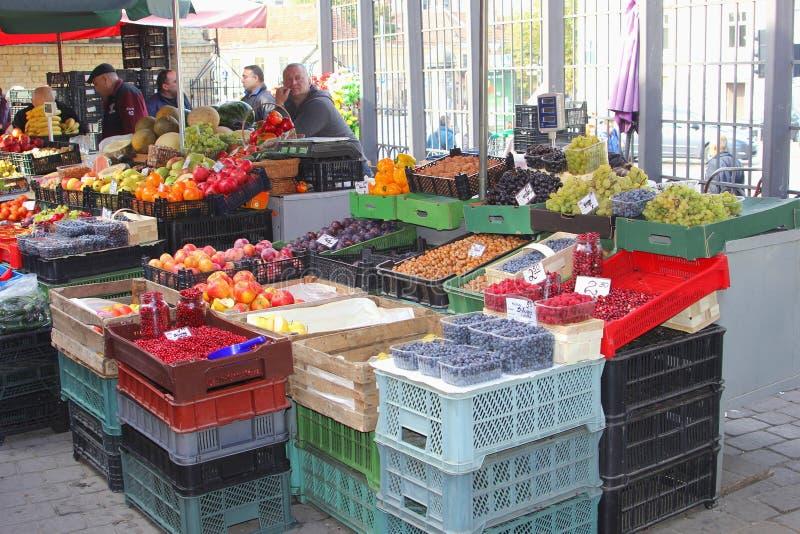 Трибуна фруктов и овощей в Вильнюсе, Литве стоковое изображение