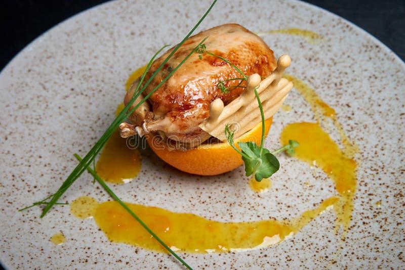 Триперстки на апельсине в соусе на блюде стоковые изображения