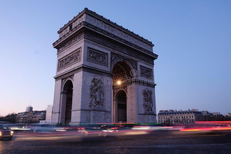 Триумфальная Арка выравнивая Париж Францию стоковое фото rf
