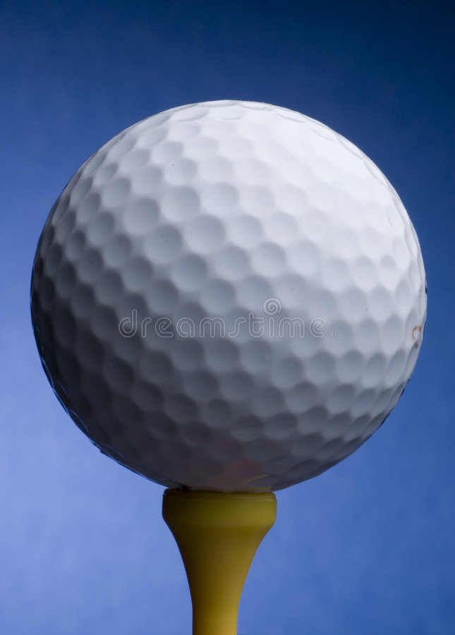 Download тройник гольфа шарика стоковое фото. изображение насчитывающей освещение - 1182592