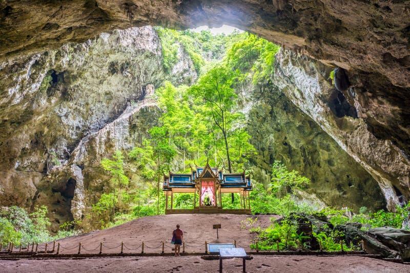Трон Khuha Kharuehat в центре камеры ` s пещеры с туристской женщиной стоковое фото rf