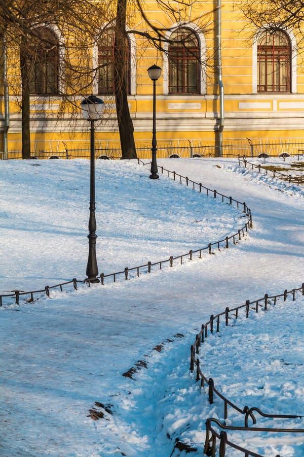 Тропа в парке зимы и фасаде старого здания стоковое фото rf