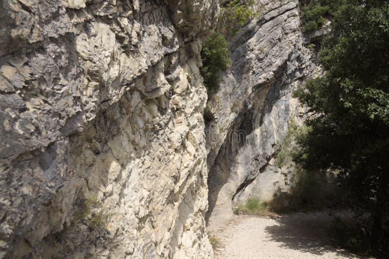 Тропа в скалистой стороне горы стоковое фото rf