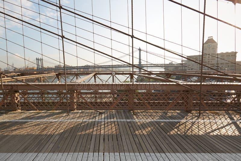 Тропа в утре, Нью-Йорк Бруклинского моста пустая стоковая фотография rf