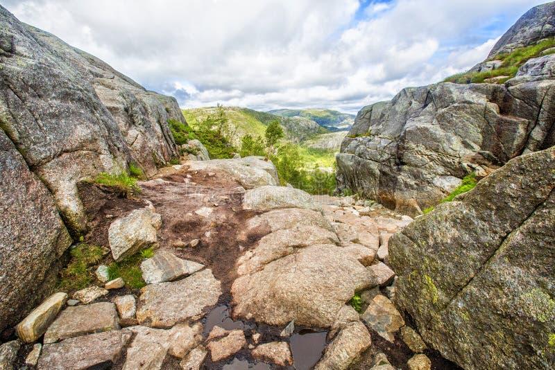 Тропа и высокогорный ландшафт Preikestolen стоковые фото