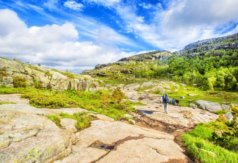 Тропа и высокогорный ландшафт Preikestolen стоковые изображения