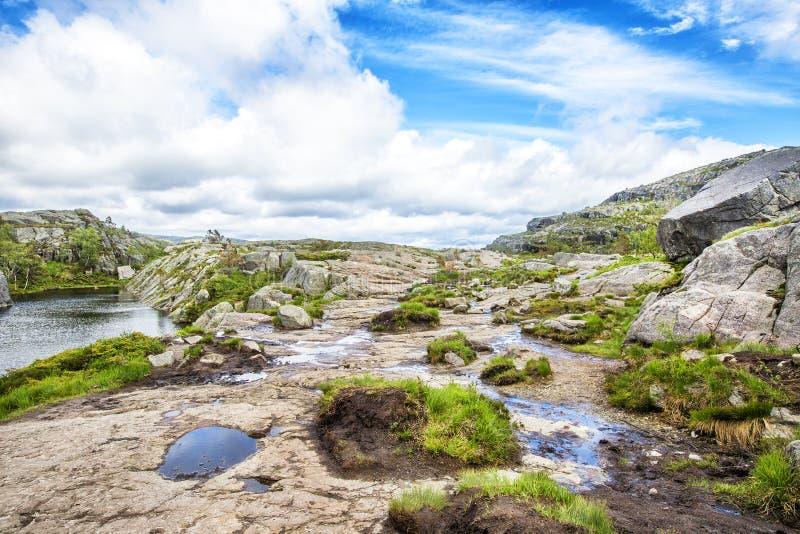 Тропа и высокогорный ландшафт Preikestolen стоковое изображение rf