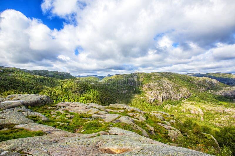Тропа и высокогорный ландшафт Preikestolen стоковая фотография