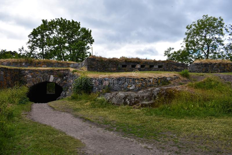 Тропа и тоннель через стены стоковые изображения