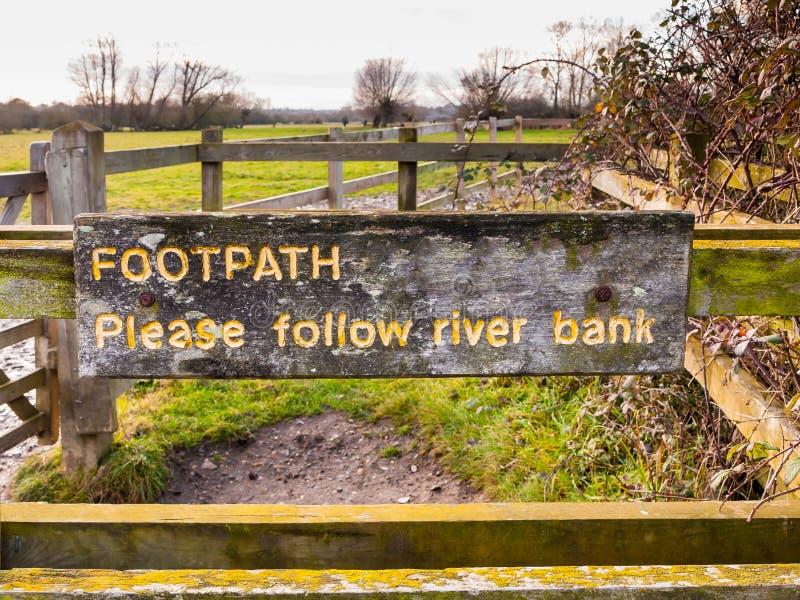 Тропа пожалуйста следовать деревянным речного берега покрашенное желтым цветом выгравированное стоковые изображения rf