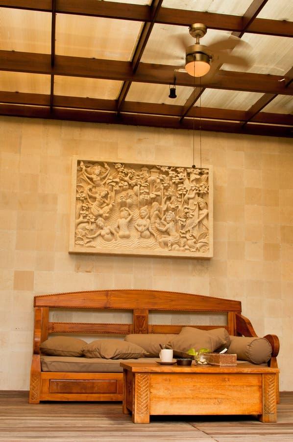 Тропическая комната Бали опирающийся на определённую тему живущая стоковое фото rf