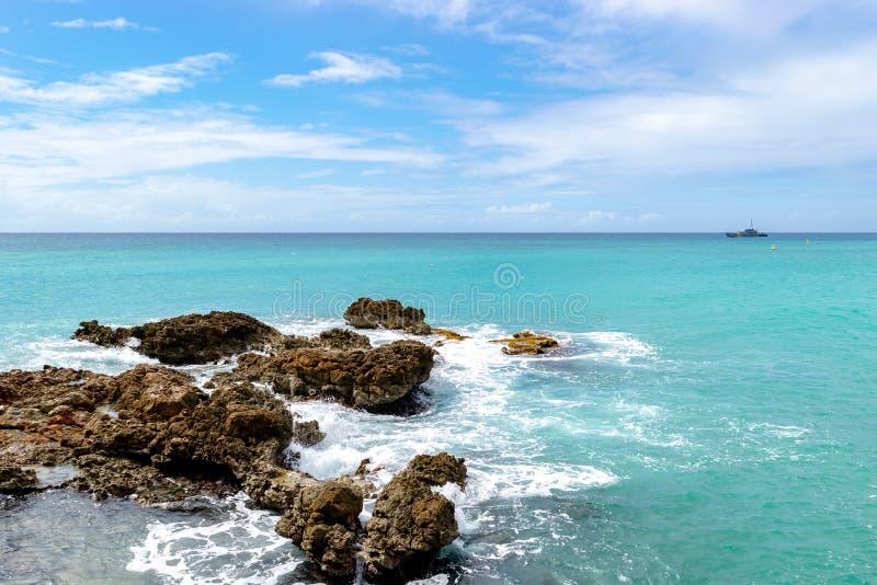 Тропическая морская вода сини бирюзы с большими утесами океана стоковое фото rf