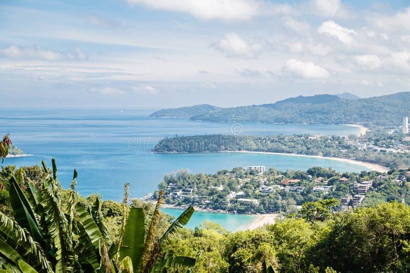 Тропическая панорама ландшафта пляжа Красивый океан отказывается с песочной береговой линией от высокой точки зрения Kata ? Karon стоковая фотография rf