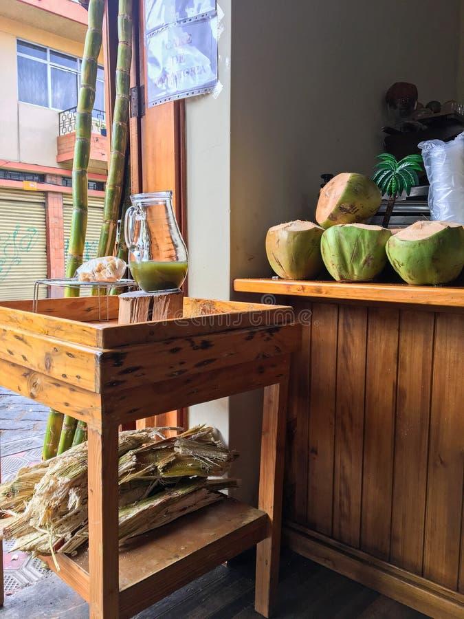Тропические кокосы и сок сахарного тростника в малом кафе стоковая фотография rf