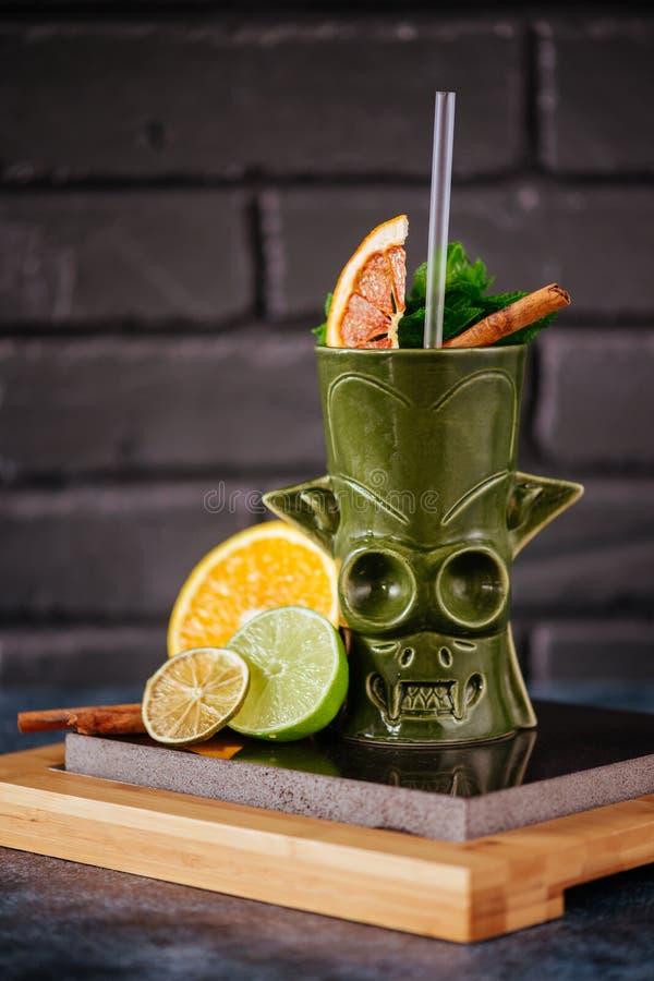 Тропические коктейли tiki на баре стоковое фото