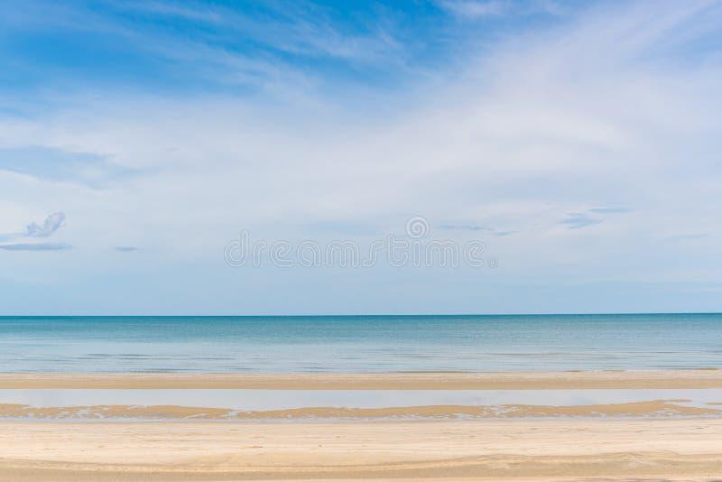 Тропические море, песок и летний день пляжа стоковая фотография