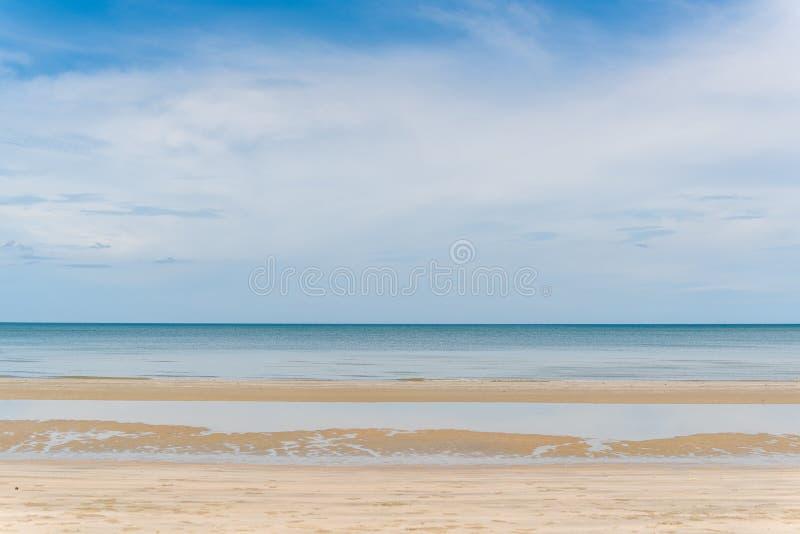 Тропические море, песок и летний день пляжа стоковое изображение