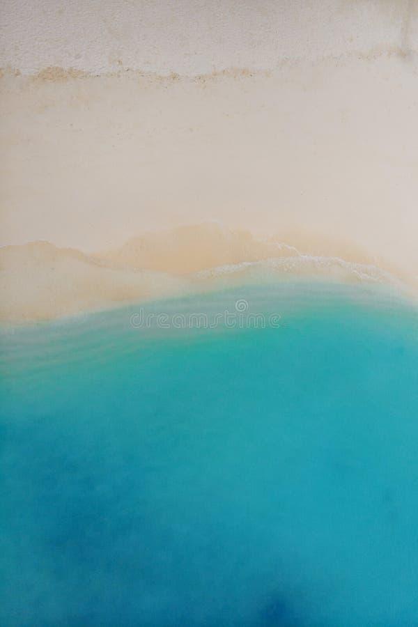 Тропические острова на атолле коралла Белый песок и голубое море, минималистская текстура ландшафта стоковое фото rf