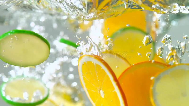 Тропические плоды citurs отрезают падать в воду стоковые изображения rf
