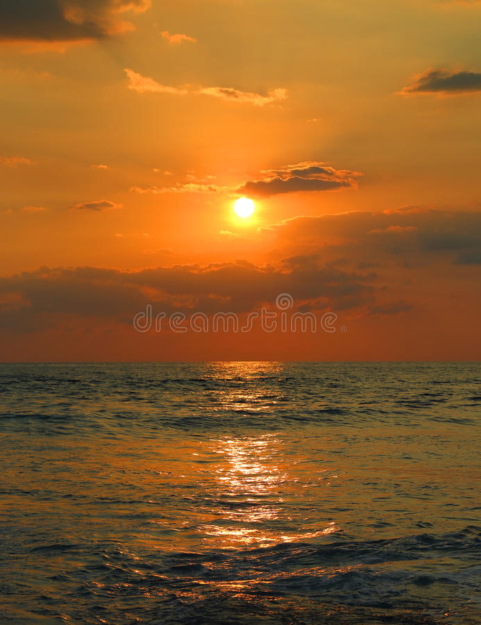 Тропический заход солнца и волны моря стоковые изображения