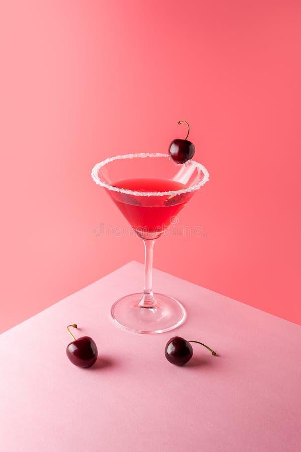 Тропический коктейль с вишней на яркой розовой предпосылке Минимальный состав напитка лета стоковое фото rf