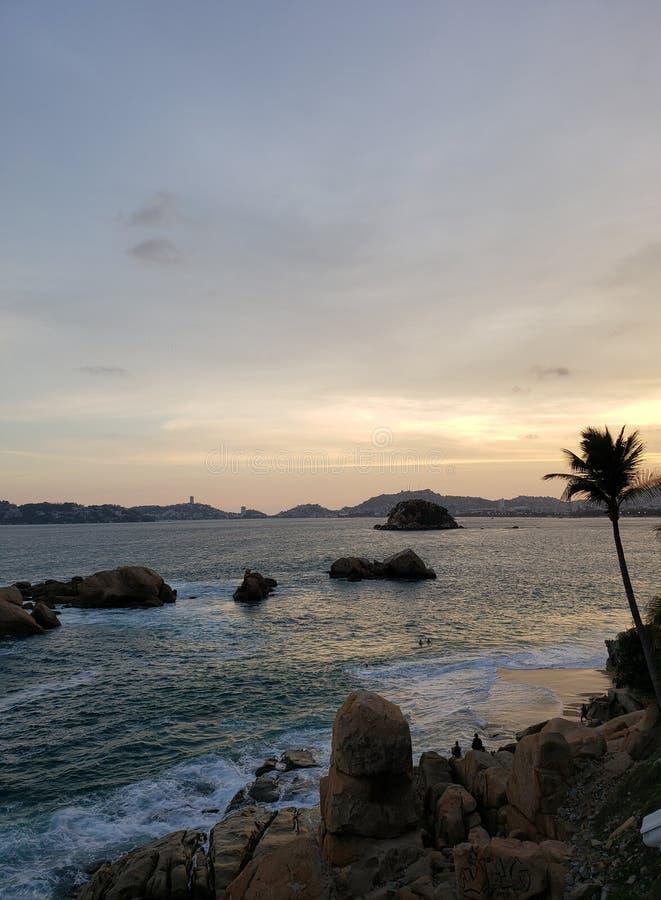 Тропический ландшафт пляжа Акапулько, мексиканський в вечере стоковое фото