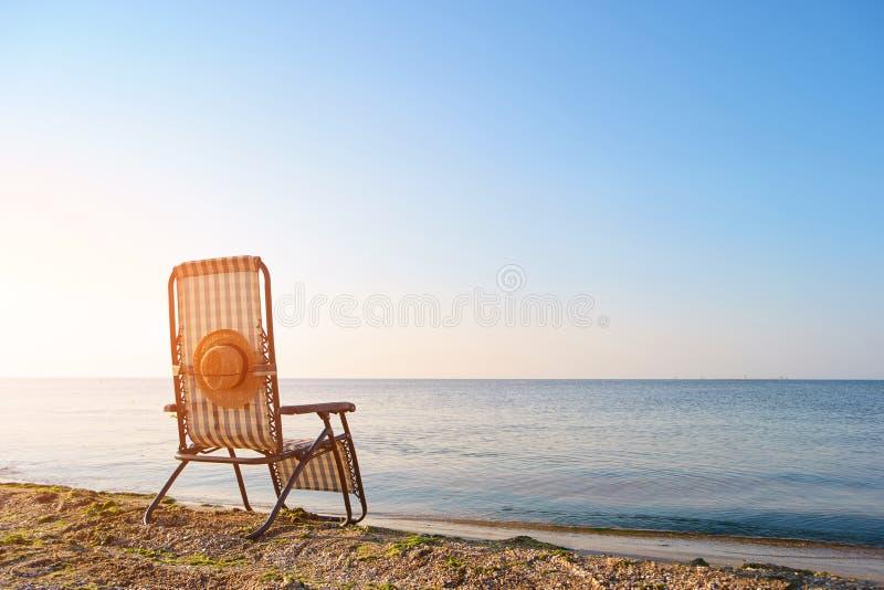 Тропический ландшафт пляжа с deckchair стоковое изображение