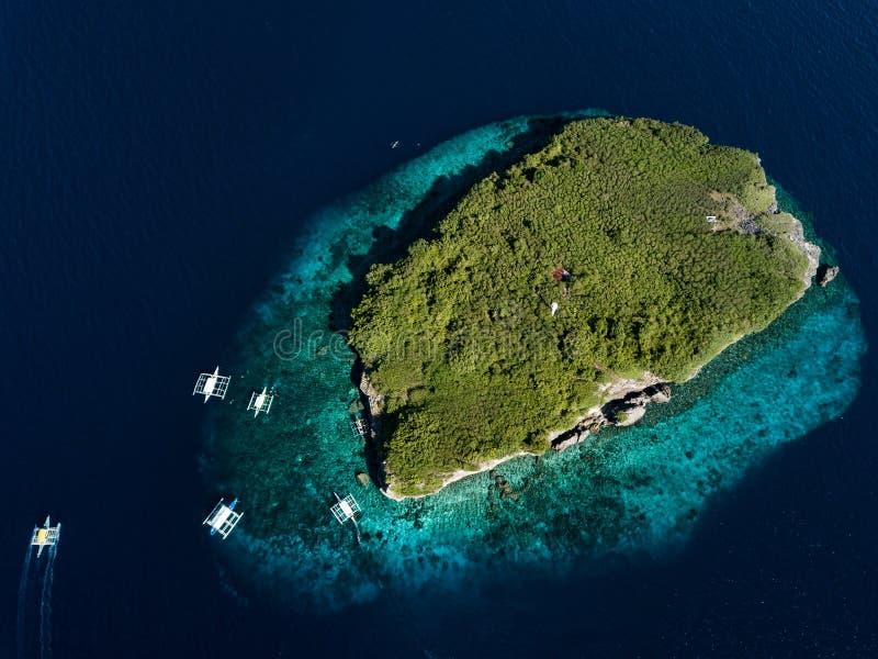 Тропический остров в Филиппинах с туристскими шлюпками стоковое фото rf