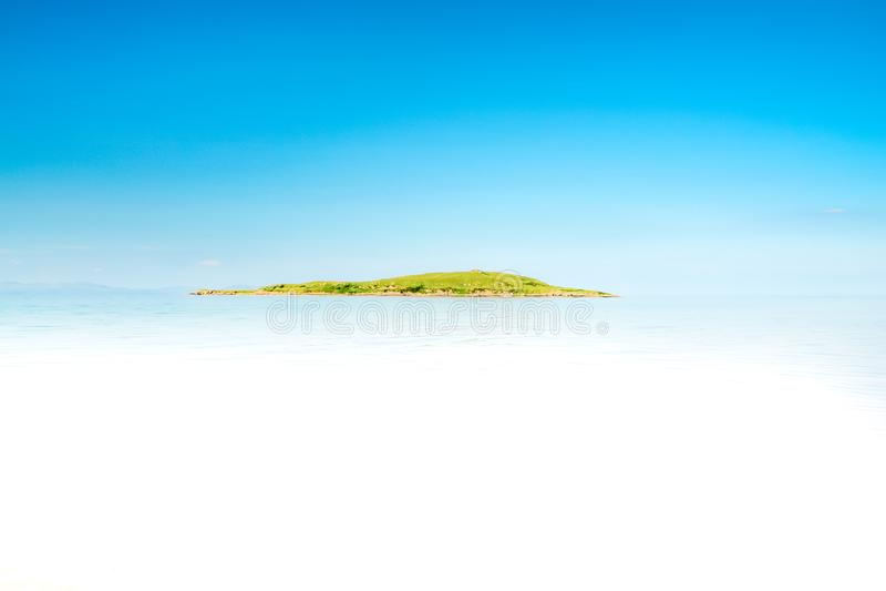 Тропический остров с водой песчаного пляжа и бирюзы стоковые изображения