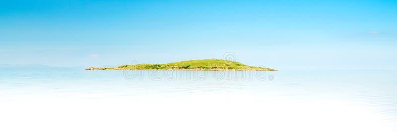 Тропический остров с водой песчаного пляжа и бирюзы стоковое фото