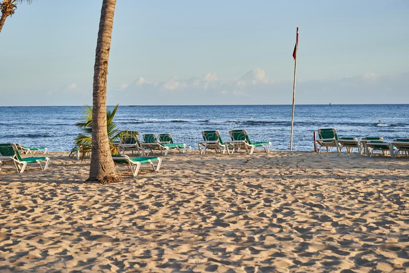 Тропический песчаный пляж на восходе солнца Инфраструктура пляжа стоковая фотография