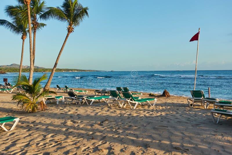 Тропический песчаный пляж на восходе солнца Инфраструктура пляжа стоковые фото