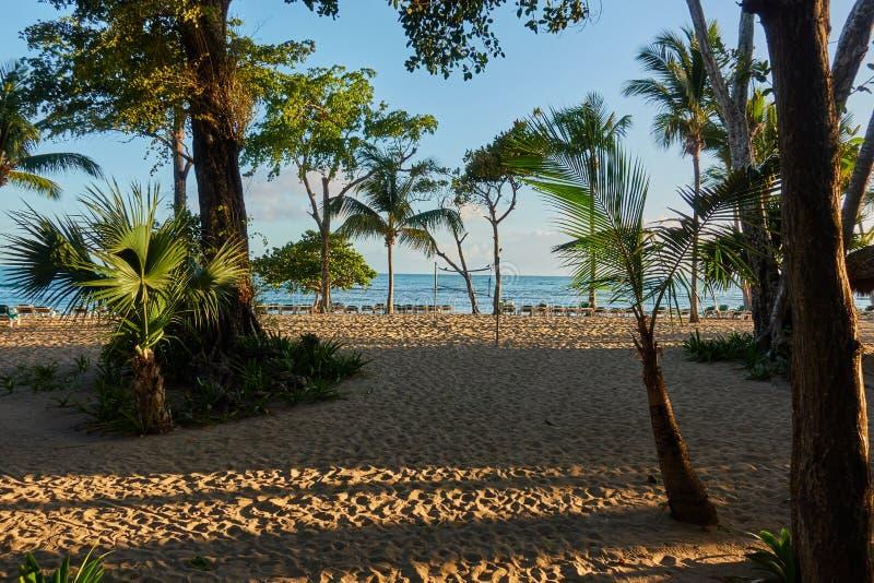 Тропический песчаный пляж на восходе солнца Инфраструктура пляжа стоковое фото