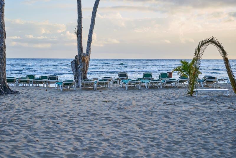 Тропический песчаный пляж на восходе солнца Инфраструктура пляжа стоковые изображения rf