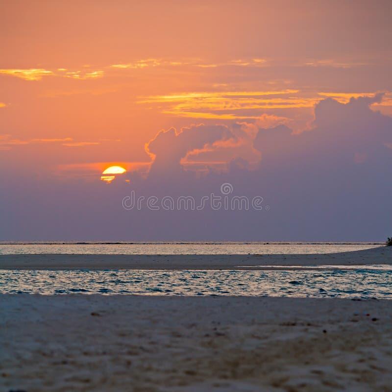 Тропический пляж на заходе солнца, Мальдивы песка стоковая фотография rf