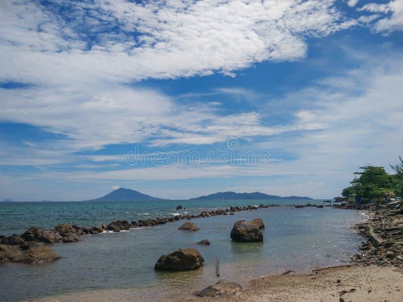 Тропический пляж рая в Индонезии стоковое изображение rf