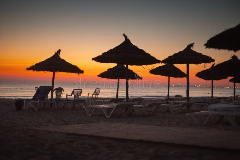 Тропический пляж с зонтиками Солнця соломы стоковые изображения rf