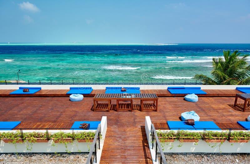 Тропический пляж с палубой патио стоковое изображение rf