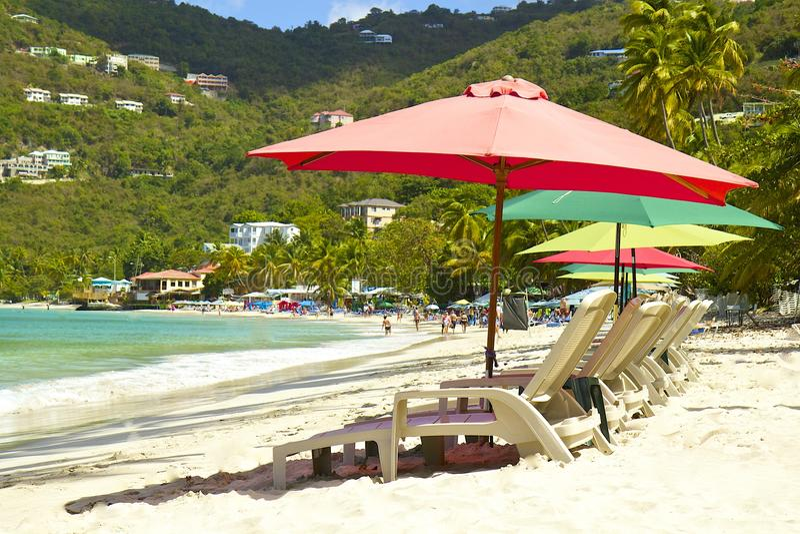Тропический пляж с зонтиками, залив сада тросточки, Tortola, карибское стоковое фото