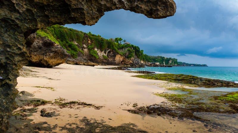 Тропический пляж Jimbaran Бали около популярного виска Pura Segara, южного Kuta стоковое изображение