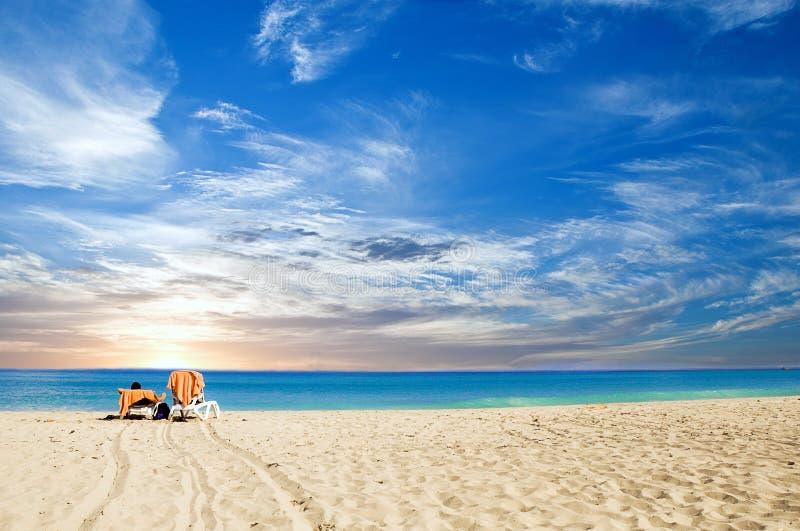 Тропический рассветать пляжа стоковые фото