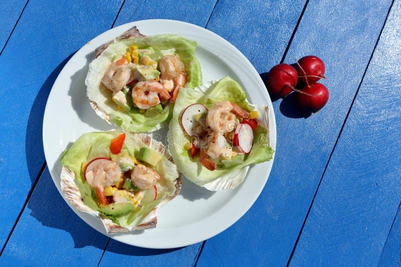 Тропический салат креветки на партии стоковые изображения rf