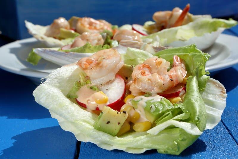 Тропический салат креветки на партии стоковая фотография rf