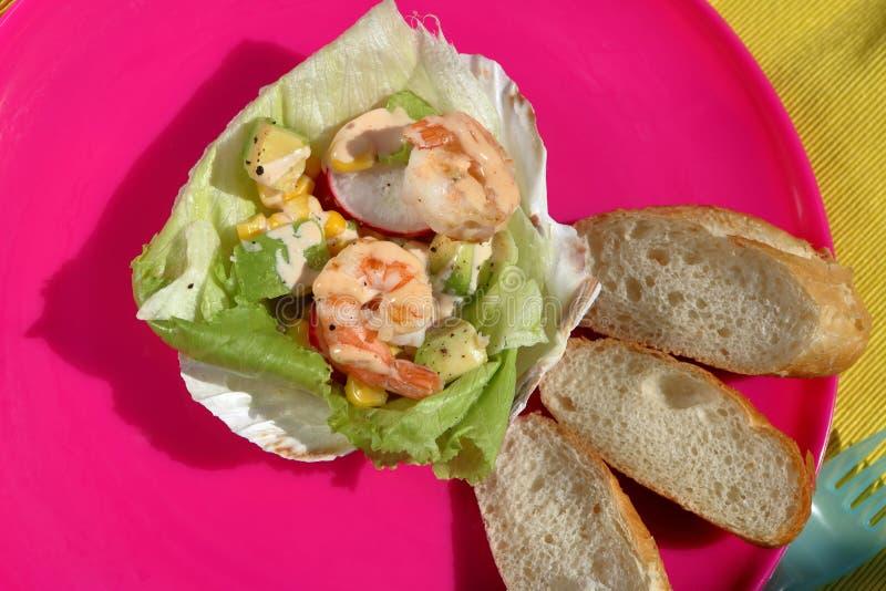 Тропический салат креветки на партии стоковое изображение