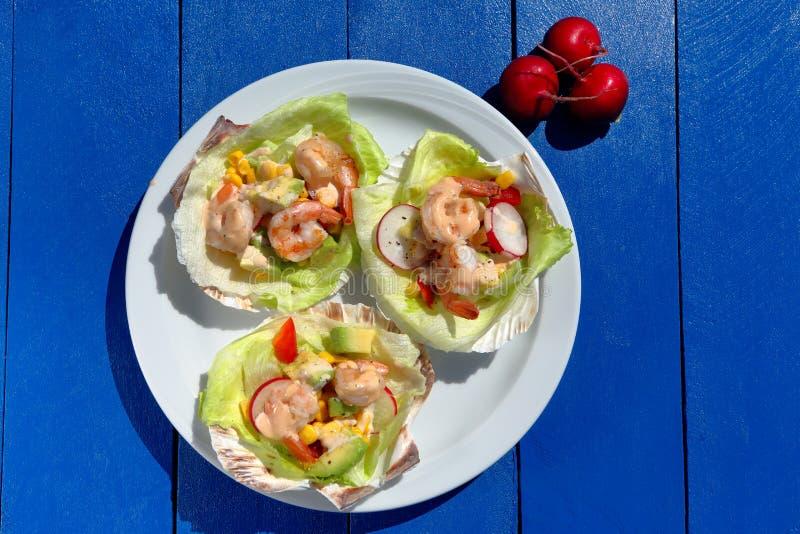 Тропический салат креветки на партии стоковые фото