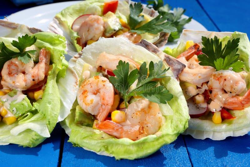 Тропический салат креветки на партии стоковые изображения
